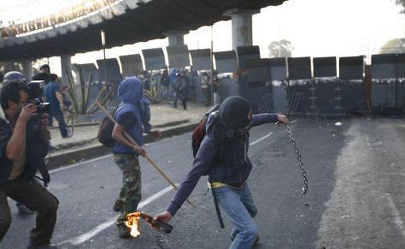 El 1 de diciembre varios civiles y policías resultaron heridos al enfrentarse en el marco de la toma presidencial. (Agencias)