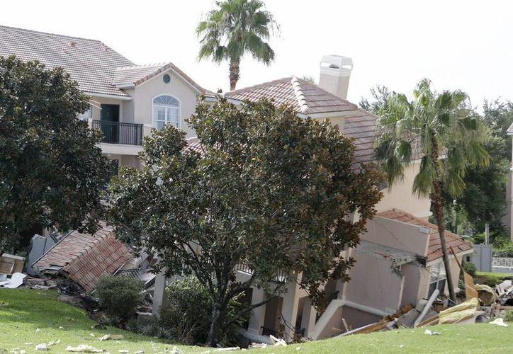Testigos dijeron que escucharon un sonido de fractura cuando la villa comenzó a hundirse. (Agencias)