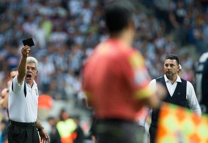 El 'Tuca' Ferreti al momento de reclamarle al auxiliar sobre la expulsión de Juninho. (Mexsport)
