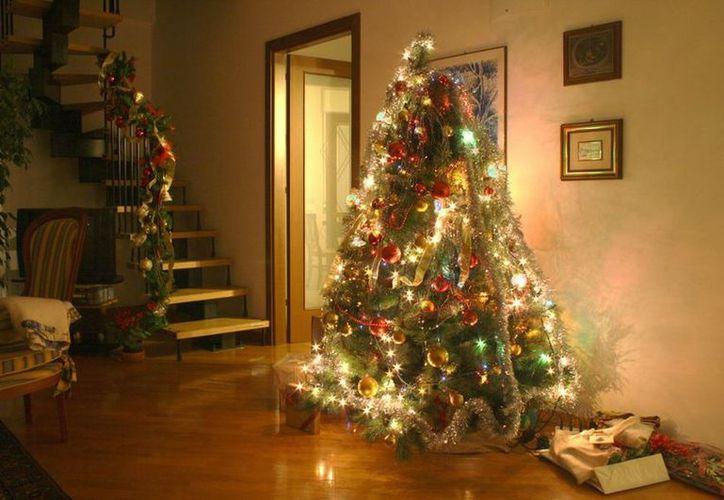 El hecho ocurrió mientras colgaban adornos en un árbol artificial de Navidad al aire libre. (Foto: De contexto)