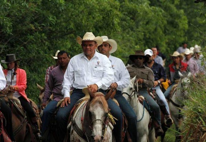 Ayer, en el marco de la segunda Feria Regional del Caballo, el Gobernador (c) participó en la Cabalgata Bridón Tizimín 2014, que congregó a más de 300 jinetes. (Cortesía)