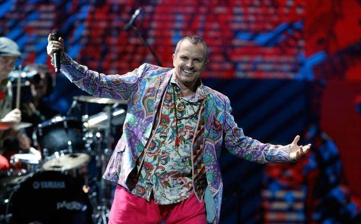 Miguel Bosé en el Festival Internacional de la Canción de Viña del Mar, en Chile. (AP)