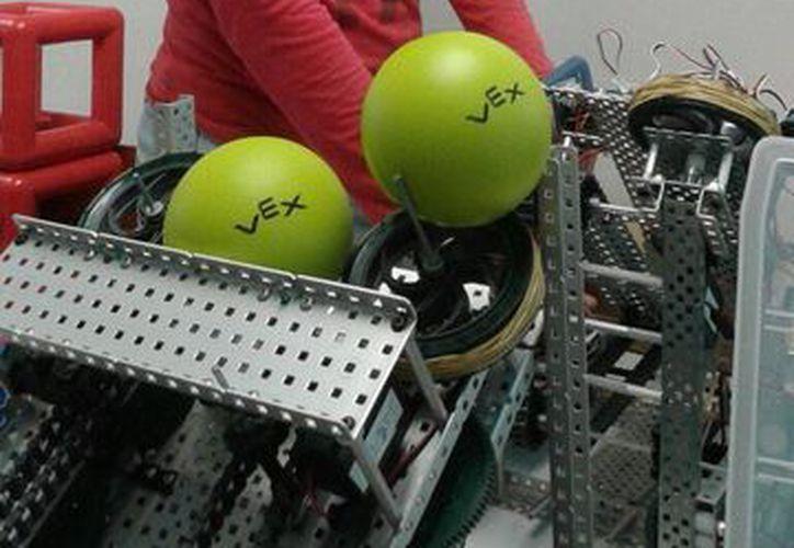 Los robots deben ejecutar los lanzamientos de pelotas. (Israel Leal/SIPSE)