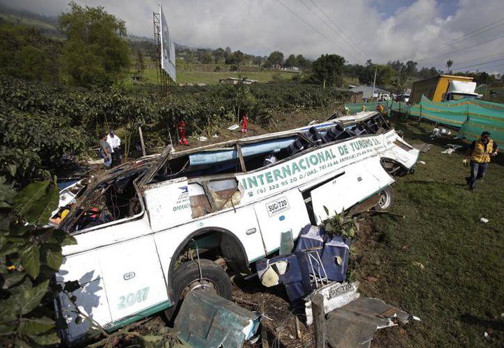 El autobús siniestrado yace de costado en San Raimundo, cerca de Bogotá, Colombia. (Agencias)