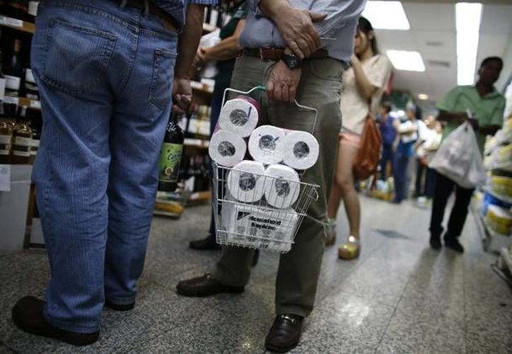Conseguir algunos productos, como papel higiénico se ha  vuelto un verdadero tormento en la vida del venezolano. (Archivo/Reuters)