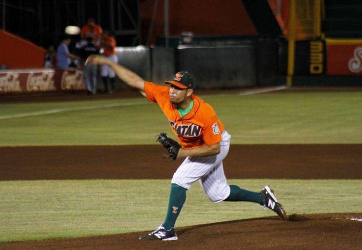 El derecho Marco Quevedo, de Leones, mantuvo su invicto ante Broncos. (César González/SIPSE)