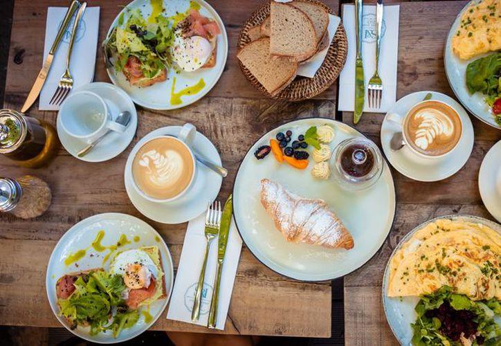 Un desayuno completo debe contener carbohidratos y proteínas. (Food & Wine)