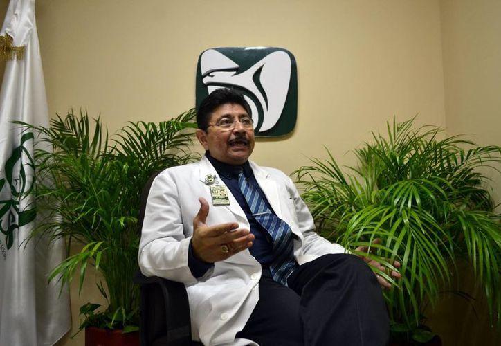 El médico Jacinto Herrera León asegura que sólo el IMSS e Issste dan cabal atención a los enfermos de Lupus. (Daniel Sandoval/SIPSE)