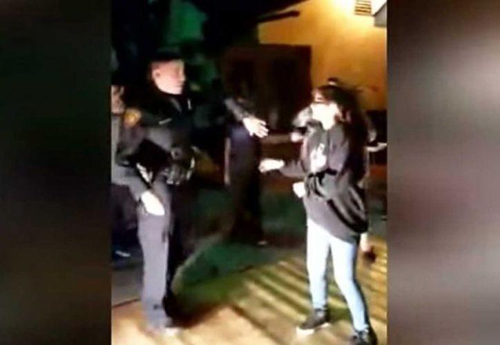 Una madre aplaudió que los policías se tomaran fotos con los integrantes de la NGDC. (Excelsior)
