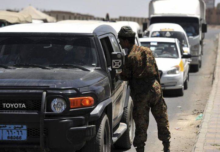Un soldado yemení interroga al conductor de un automóvil en un puesto de control en Saná, Yemen.(EFE)