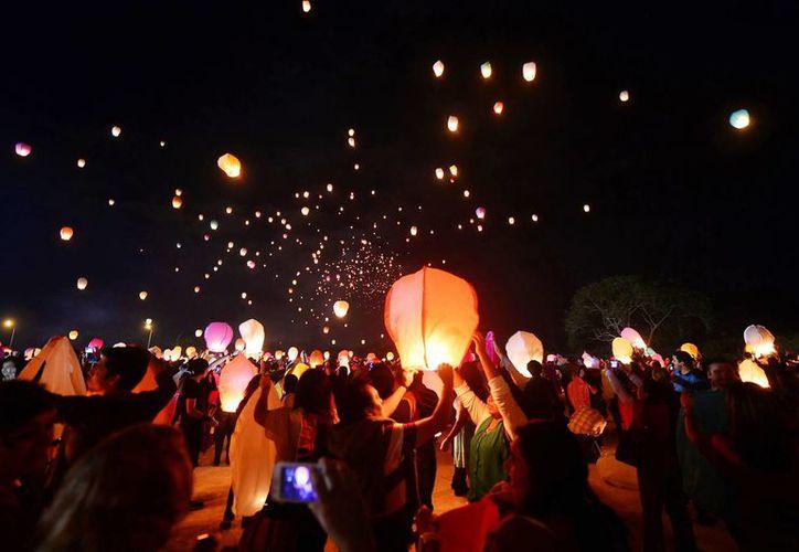 Miles de personas lanzaron sus globos de Cantoya en la explanada del Centro de Espectáculos Coliseo Yucatán,. (Milenio Novedades)
