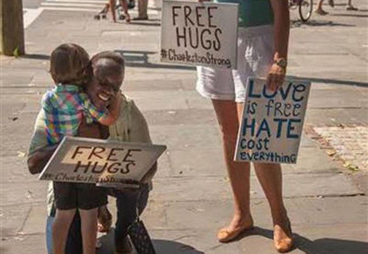 Imagen de un niño blanco que abraza a una mujer negra, cerca de la iglesia episcopal metodista Emmanuel donde se registró un tiroteo a los fieles. (@nbc4i)