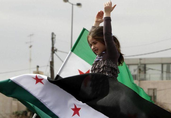 Una niña participa en una protesta contra el presidente sirio, Bachar Al Asad, enfrente de la embajada siria de Amán, Jordania. (EFE)