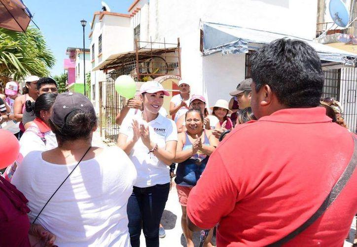 Ayuso recorrió el Fraccionamiento Villas Otoch, ubicado en la supermanzana 259. (Foto: Redacción)