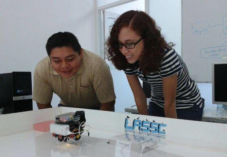 Los estudiantes de la carrera de Telemática se mostraron orgullosos de su creación. (Sergio Orozco/SIPSE)