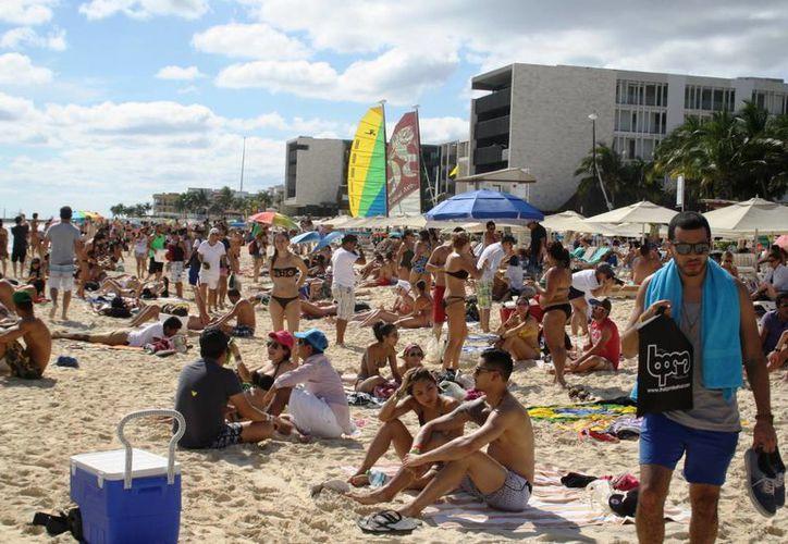 La afluencia de bañistas incrementó notoriamente durante los días que duró el evento, para algunos prestadores de servicios turísticos sus ganancias no fueron las mejores. (Octavio Martínez/SIPSE)
