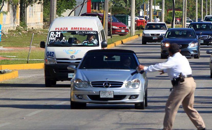Alertan a los conductores sobre las violaciones al Reglamento de Tránsito. (Karim Moisés/SIPSE)