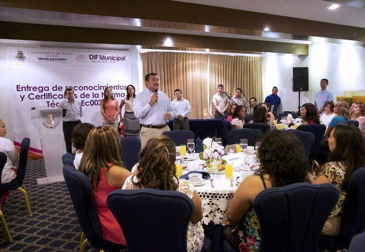 Renán Barrera Concha entregó ayer el reconocimiento a las docentes en un desayuno en su honor. (Cortesía)