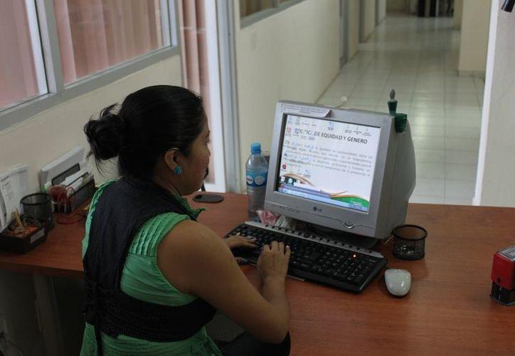 Cada vez más mujeres se capacitan para el empleo. (Francisco Sansores/SIPSE)