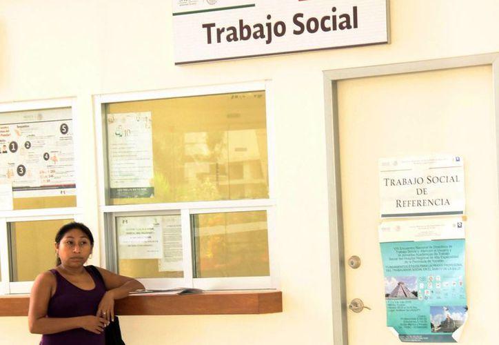 """La trabajadora social del área de oncología del Hraepy explicó que el proyecto tiene dos meses de iniciar con el nombre """"Reciclemos nuestro tiempo"""". Imagen de una mujer en la espera de su atención en el departamento.  (Milenio Novedades)"""