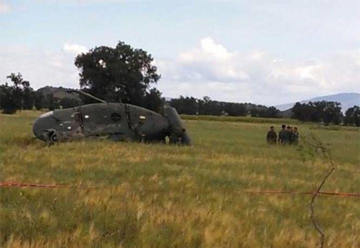 El helicóptero Bell 212, matrícula 1474, de la Fuerza Aérea se accidentó en inmediaciones del municipio de San Francisco Zacacalco, en el Estado de México. (Foto: @reporterosenmov/tomada de www.excelsior.com.mx)