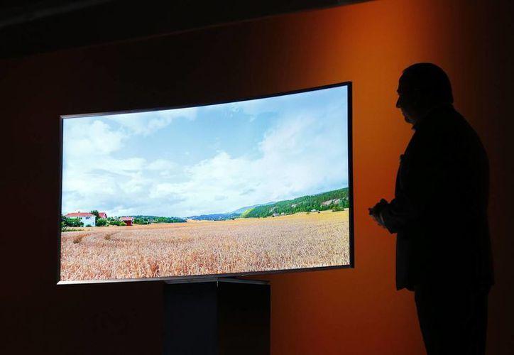 Samsung presentó en Las Vegas su pantalla curva SUHD 4K TV. (AP)