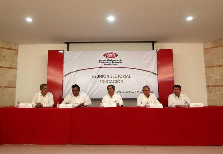 Funcionarios de la Cámara Mexicana de la Industria de la Construcción y de la Secretaría de Educación del Estado de Yucatán se reunieron este jueves para firmar un convenio. (Amílcar Rodríguez/Milenio Novedades)