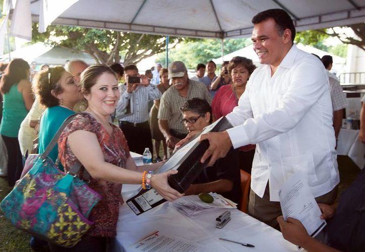 Zapata Bello entregó ayer equipos de cómputo a docentes en el municipio de Izamal. (SIPSE)
