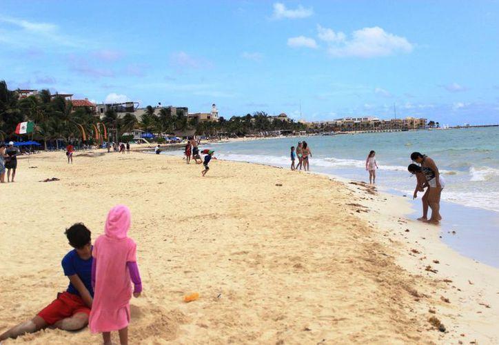 Algunas lluvias enmarcaron los últimos días de la temporada alta de verano en los arenales de Playa del Carmen. (Octavio Martínez/SIPSE)