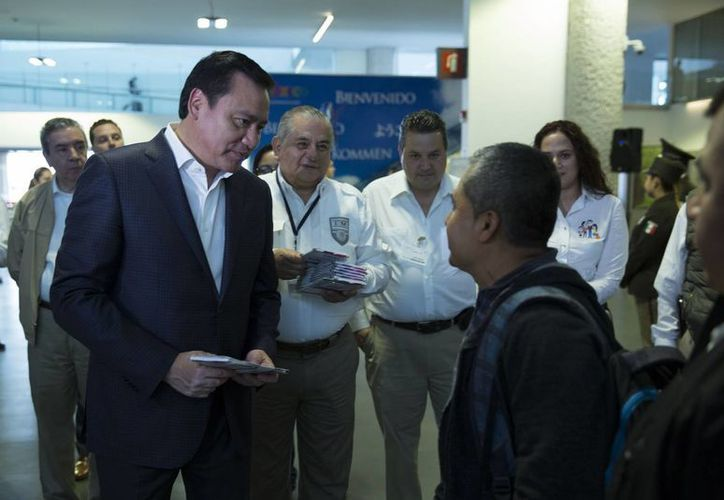 En el marco del Programa Paisano, el Secretario de Gobernación, Miguel Ángel Osorio Chong, acudió este miércoles a la Terminal 2 del AICM para dar la bienvenida a los paisanos que arriban a México por el periodo vacacional de Semana Santa. (Notimex)