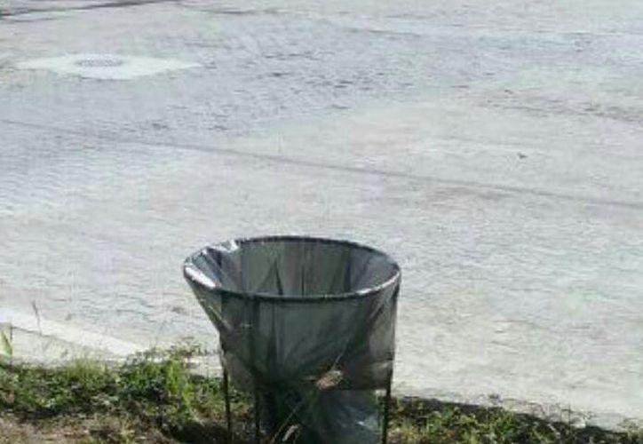SE han colocado canastos para ayudar a mantener la limpieza del lugar. (Enrique Mena/SIPSE)