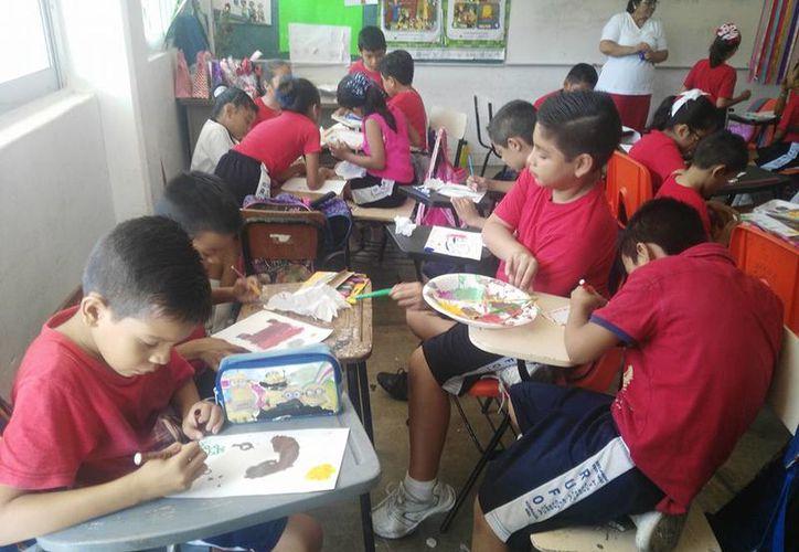 Practican los niños dibujando y pintando. (Alejandra Flores/SIPSE)