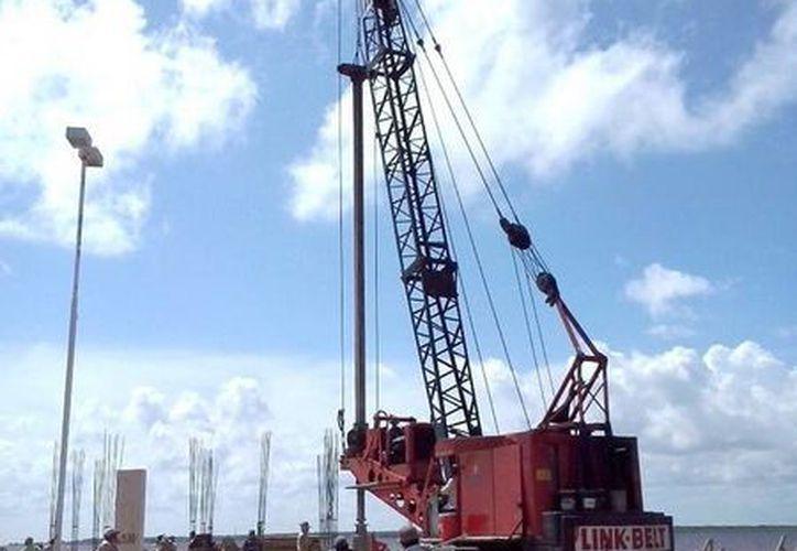 El hincado de pilotes permitirá que la terminal se eleve unos 75 centímetros del actual muelle de Chetumal. (Cortesía/SIPSE)