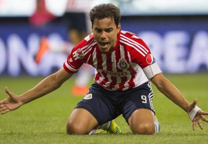 Quizás Omar Bravo se pregunta por qué las Chivas ya no lo 'quieren'; el delantero pasó de ser capitán a la opción C del club. (Archivo/ Mexsport)