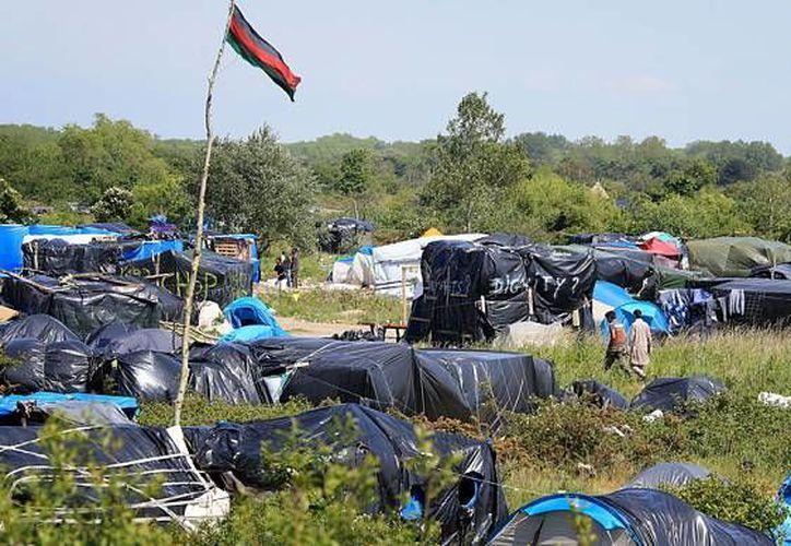 La pelea entre inmigrantes se dio en 'La jungla', lugar donde han vivido en condiciones infrahumanas más de tres mil 500 inmigrantes durante años. (Archivo/Agencias)