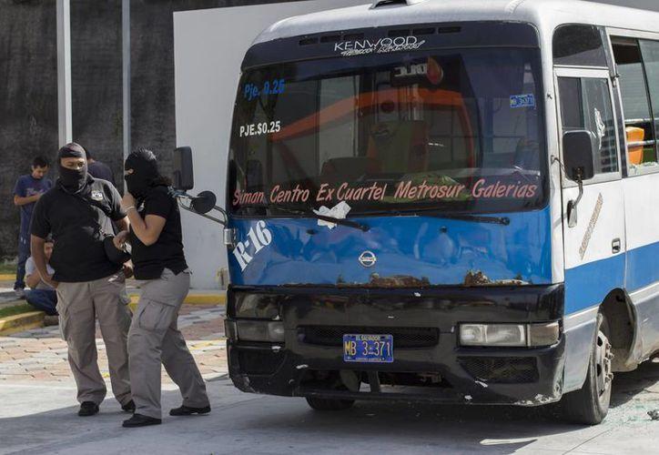 Las primeras investigaciones apuntan a que al menos cinco pandilleros abordaron el autobús y abrieron fuego. Esto ocurrió en una zona rural del norte de San Salvador. (AP)