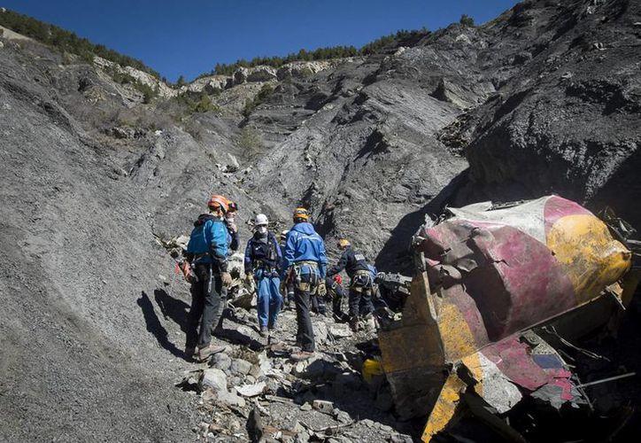 Los servicios de rescate de emergencia franceses trabajan entre los escombros del avión de pasajeros de Germanwings en el lugar del accidente cerca de Seyne-les-Alpes, Francia. (Agencias)