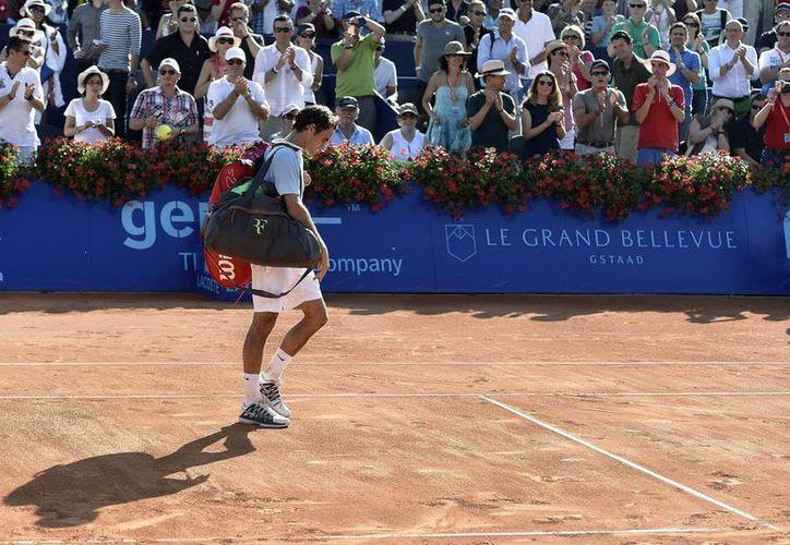 Federer abandona la pista tras perder ante el alemán Daniel Brands, en la segunda ronda del torneo de Gstaad, Suiza. (EFE/Archivo)