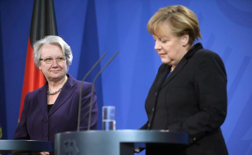 """Anette Schavan (izq.) fue """"la mejor ministra de educación en la historia de alemania"""" dijo Merkel. (EFE)"""
