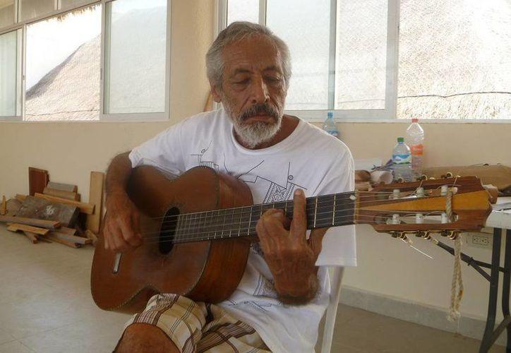 Víctor Manuel Velásquez Montañez radica desde hace 33 años en la isla Holbox. (Raúl Balam/SIPSE)