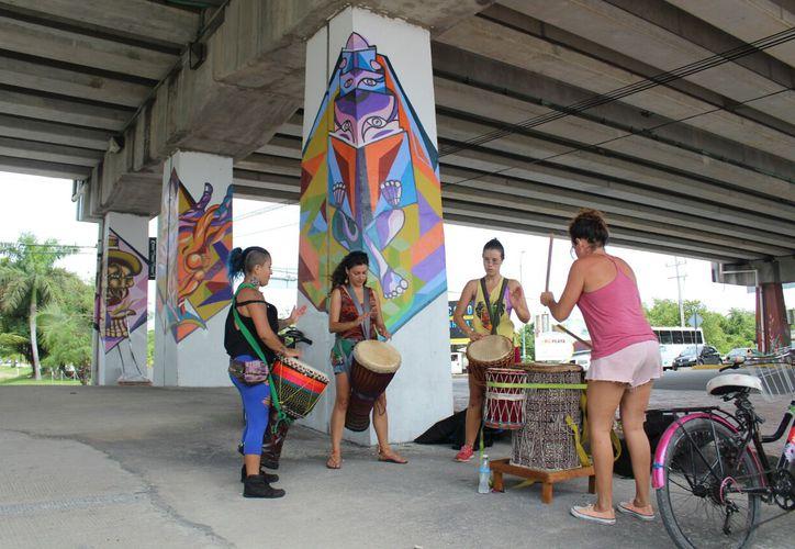 """Las percusionistas le """"roban"""" este espacio público al vandalismo de dichas estructuras urbanas. (Daniel Pachecho/ SIPSE)"""