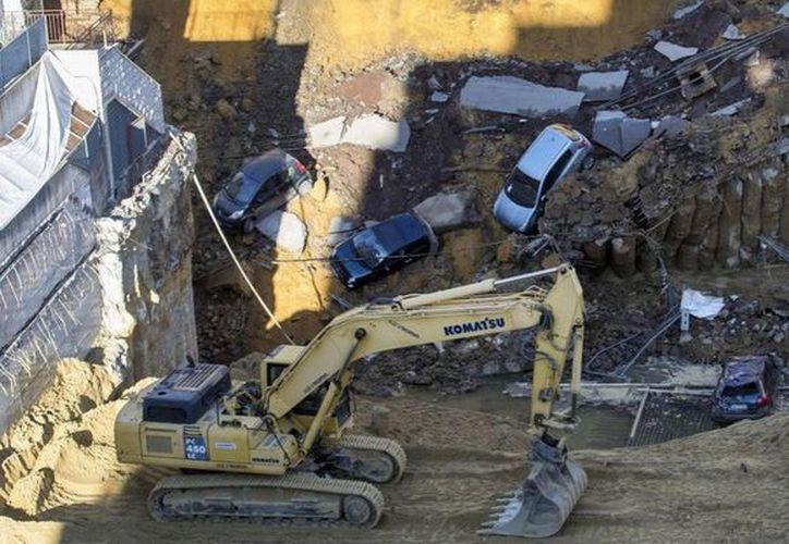 Más de 20 familias fueron evacuadas después de que se abriera un enorme socavón. (AP)