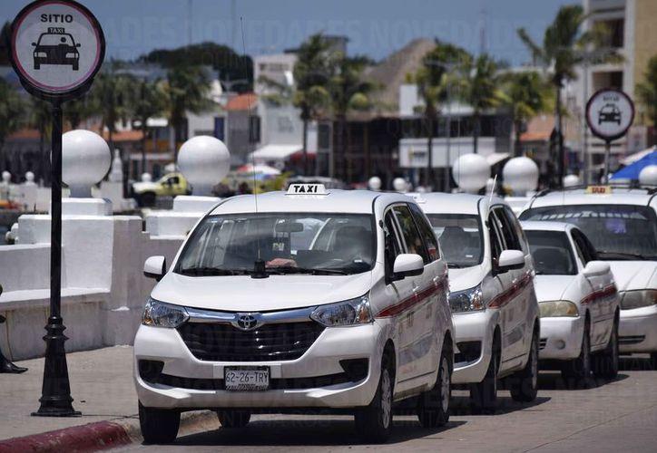 El Ayuntamiento de Cozumel pretende aplicar un cobro a los taxistas que se estacionen en espacios públicos para esperar clientes. (Gustavo Villegas/SIPSE)