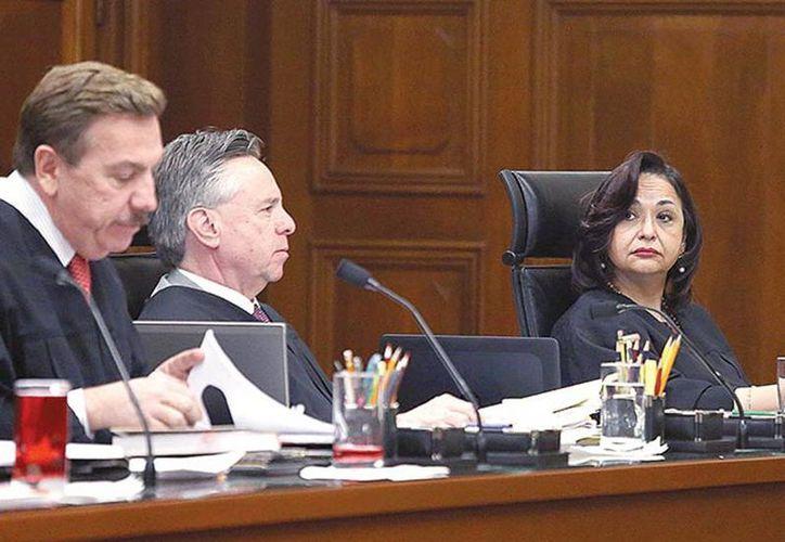 Los ministros Javier Laynez Potisek y Eduardo Medina Mora con Norma Lucía Piña, ponente del caso sobre patria potestad. (Excelsior)