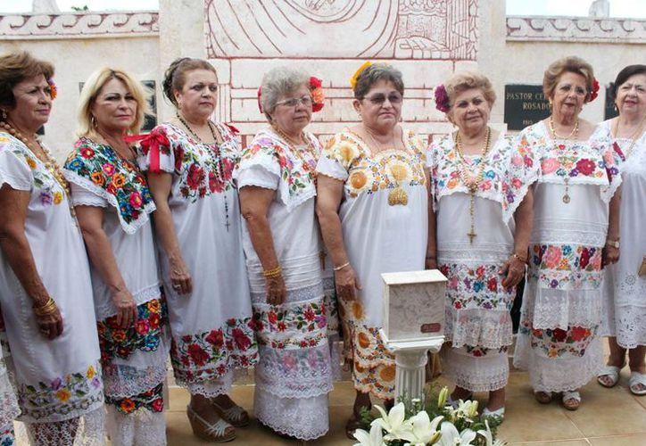 """""""Las Maya Internacional"""" rindieron homenaje a las cenizas de su compañera Lía Baeza Mézquita. (Milenio Novedades)"""