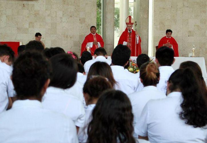 El Prelado dirigió un mensaje a los estudiantes con motivo del inicio del ciclo escolar de la 'Escuela Preparatoria Yucatán, Mons. Luis Miguel Cantón Marín'. (Jorge Acosta/Milenio Novedades)