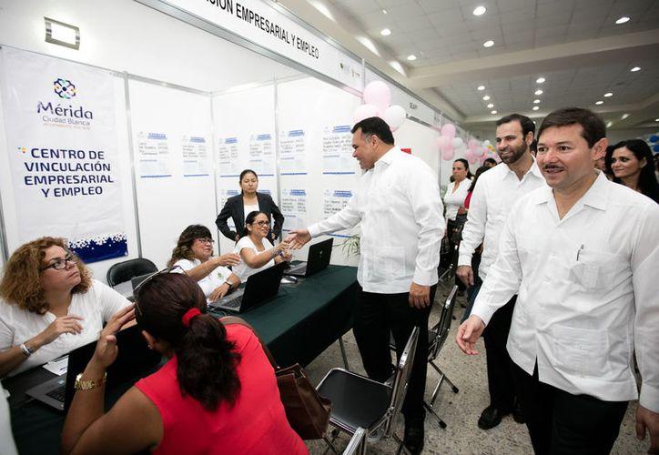 El gobernador del Estado, Rolando Zapata Bello, entregó apoyos a mujeres para el autompleo, en el marco de la V Feria Nacional del Empleo, en Yucatán.  (SIPSE)