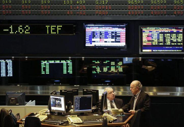 Aspecto de la Bolsa de Comercio de Buenos Aires, que se desplomaba este jueves después de que Argentina cayera en mora por segunda vez en 13 años. (Foto: AP)