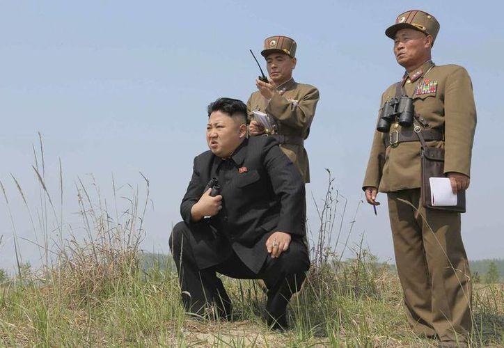 El líder norcoreano Kim Jong-un (i) supervisa unas maniobras en Corea del Norte. (EFE/KCNA)