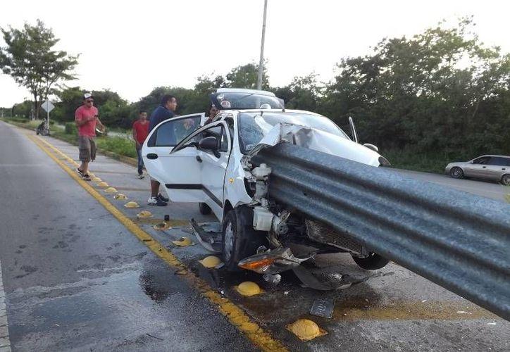 Una mujer que iba como pasajera de este Matiz falleció en carretera Valladolid Temozón. (SIPSE)